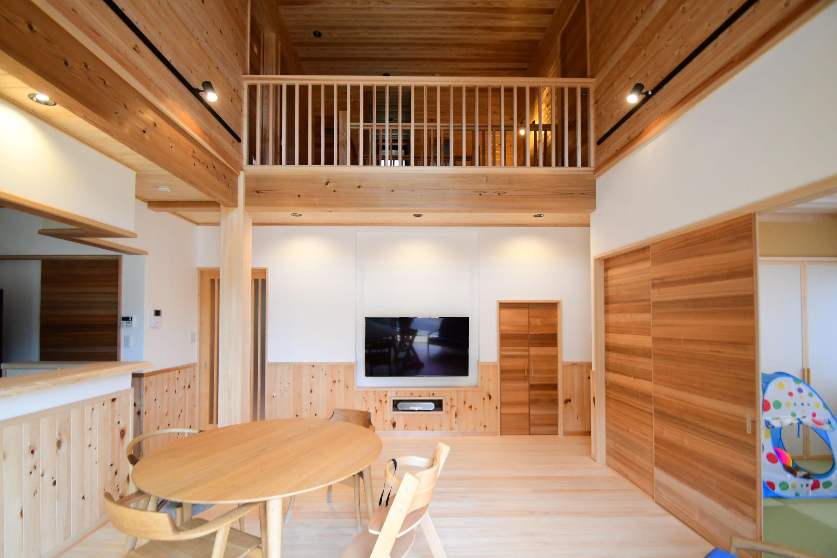 日の出町大久野:森に囲まれた日本瓦の和モダン住宅