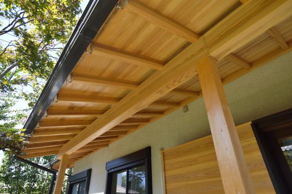 縁側の屋根に無垢の木を