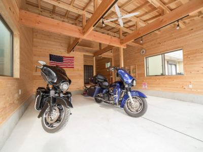 無垢の木のバイクガレージ