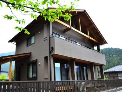 奥多摩の自然と調和した合掌登り梁のある家